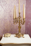 有五个蜡烛的金黄烛台在白色桌上 库存照片