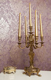 有五个蜡烛的金黄烛台在白色桌上 免版税库存照片