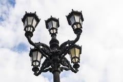 有五光的老黑路灯柱 图库摄影
