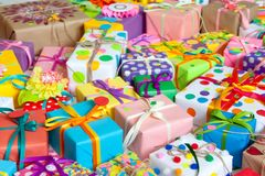 有五颜六色的丝带的色的礼物盒 奶油被装载的饼干 礼品 图库摄影