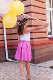 有五颜六色的乳汁的女孩迅速增加,都市场面,户外 图库摄影