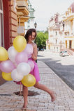 有五颜六色的乳汁的女孩迅速增加,都市场面,户外 库存图片