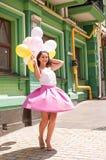 有五颜六色的乳汁的女孩迅速增加,都市场面,户外 免版税库存图片