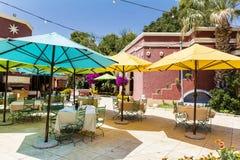 有五颜六色的伞和九重葛树的典型的墨西哥餐馆 免版税库存图片
