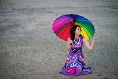 有五颜六色的伞的妇女在雨下 库存图片
