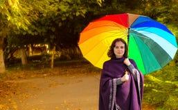 有五颜六色的伞的少妇 免版税库存照片