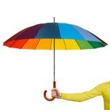 有五颜六色的伞的手 免版税库存图片