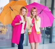 有五颜六色的伞的白肤金发的女孩 免版税库存照片