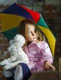 有五颜六色的伞的逗人喜爱的小女孩 图库摄影