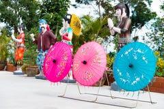 有五颜六色的伞的雕象人缅甸镭的旅行家的 库存照片