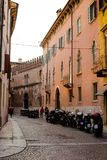 有五颜六色的古老大厦的空的街道在维罗纳市,意大利 免版税库存照片