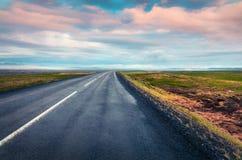 有五颜六色的多云天空的空的柏油路 免版税库存照片