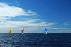 有五颜六色的大三角帆的游艇 免版税库存图片