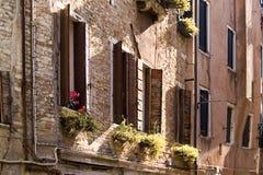 有五颜六色的大厦的小广场在威尼斯,意大利 免版税图库摄影