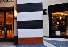 有五颜六色的小条的墙壁在Westfield广场购物中心 图库摄影
