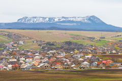 有五颜六色的屋顶的村庄 免版税库存图片