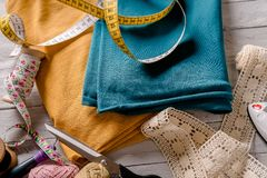 有五颜六色的布料的缝合的工具在一个木板 免版税库存图片