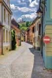 有五颜六色的房子的中世纪街道在Sighisoara 免版税库存照片