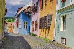 有五颜六色的房子的中世纪街道在Sighisoara 库存照片