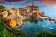 有五颜六色的房子的华美的韦尔纳扎村庄,五乡地,意大利,欧洲 免版税库存照片