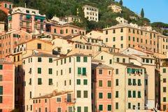有五颜六色的房子的卡莫利典型的意大利村庄,利古里亚 库存照片