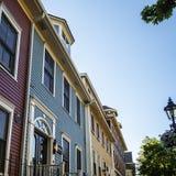 有五颜六色的房子的历史的旅馆在夏洛特敦,爱得华王子岛,加拿大 免版税库存照片