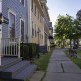 有五颜六色的房子的历史的旅馆在夏洛特敦,爱得华王子岛,加拿大 免版税库存图片