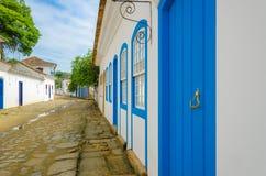 有五颜六色的房子的殖民地村庄和传统 库存图片