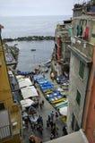 有五颜六色的房子的狭窄的街道在2017年4月14日的里奥马焦雷 免版税库存图片