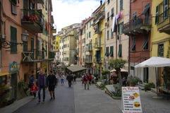 有五颜六色的房子的狭窄的街道在2017年4月14日的里奥马焦雷 免版税库存照片