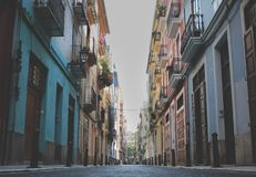 有五颜六色的房子的空的街道在巴伦西亚,西班牙 库存照片