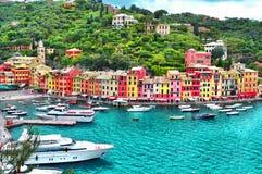 有五颜六色的房子的美丽的菲诺港和别墅、豪华游艇和小船 利古里亚,意大利,欧洲 免版税库存照片