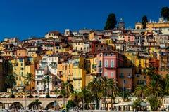有五颜六色的房子的老镇在芒通 库存图片