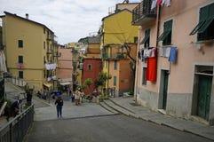 有五颜六色的房子的街道在2017年4月14日的里奥马焦雷 免版税库存图片
