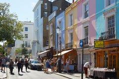 有五颜六色的房子的Portobello路和人们在伦敦 图库摄影