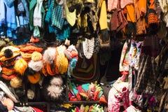 有五颜六色的手工编织的羊毛衣裳的市场摊 免版税图库摄影