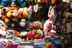 有五颜六色的手工编织的羊毛衣裳的市场摊 库存图片
