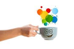 有五颜六色的抽象讲话泡影的咖啡杯子 免版税图库摄影