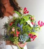 有五颜六色的新娘花束的新娘婚礼之日 图库摄影
