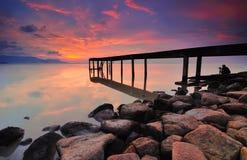 有五颜六色的日出的老桥梁。Bagan Ajam,有五颜六色的日出的槟榔岛,马来西亚老桥梁。Bagan Ajam,槟榔岛,马来语 免版税库存图片