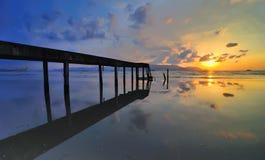有五颜六色的日出的老桥梁。Teluk Tempoyak,有五颜六色的日出的槟榔岛,马来西亚老桥梁。Bagan Ajam,槟榔岛,马来语 库存照片