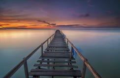 有五颜六色的日出的老桥梁。Teluk Tempoyak,有五颜六色的日出的槟榔岛,马来西亚老桥梁。Teluk Tempoyak,槟榔岛,马来语 库存照片
