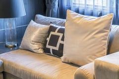 有五颜六色的枕头的沙发在屋子里 免版税库存照片