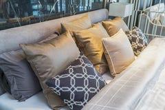 有五颜六色的枕头的沙发在屋子里 免版税图库摄影