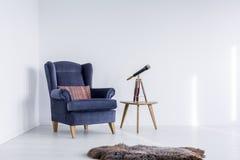 有五颜六色的枕头的深蓝扶手椅子 免版税图库摄影