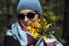 有五颜六色的枫叶的快乐的白种人妇女在秋天自然 免版税库存图片