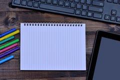 有五颜六色的标志和数字式片剂个人计算机的笔记本 免版税图库摄影