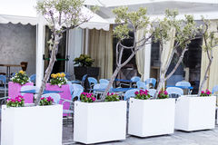 有五颜六色的椅子的室外餐馆 免版税库存照片