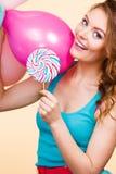有五颜六色的气球和棒棒糖的妇女 免版税库存照片