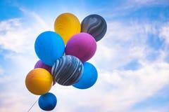 有五颜六色的气球在蓝天 免版税库存照片